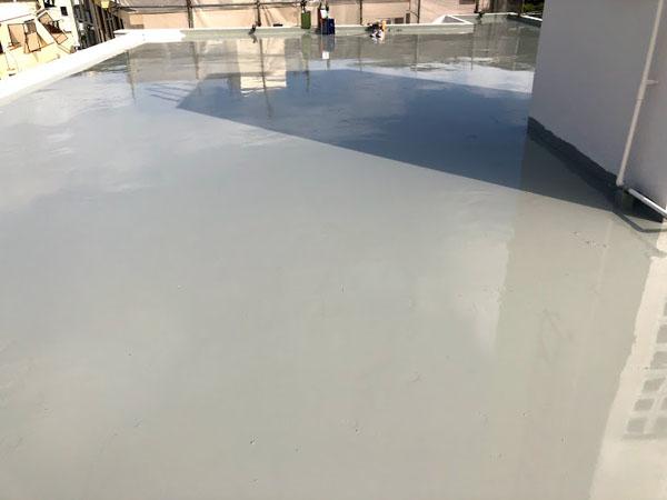 沖縄県那覇市Dアパート様の屋上ウレタン塗膜防水2回目塗布。