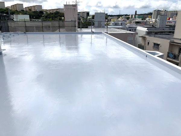 沖縄県那覇市Dアパート様の遮熱保護材仕上げ塗り。