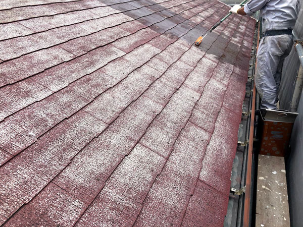 沖縄県那覇市K邸の屋根接着材一回目塗布。