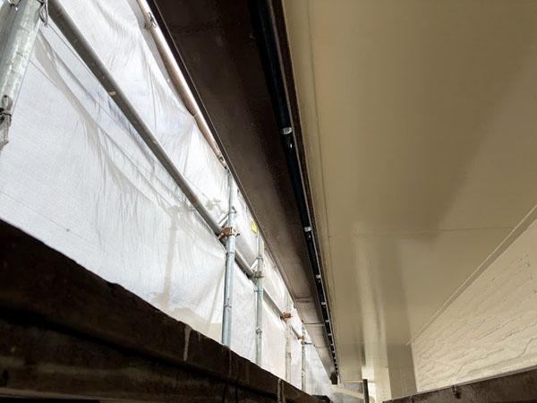 沖縄県那覇市K邸の先行2面の出窓、樋上塗り完了。