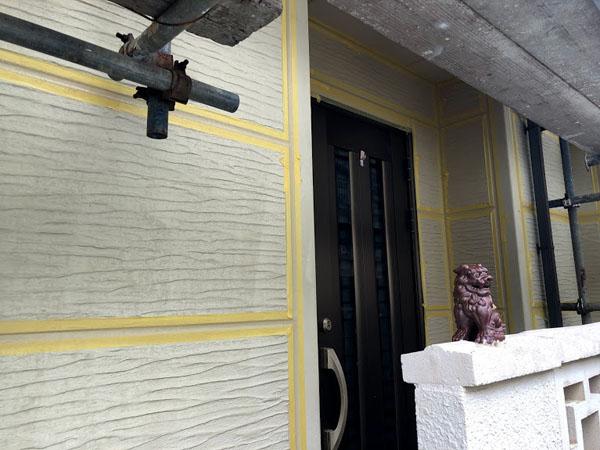 沖縄県那覇市K邸の目地マスキングテープ養生後、プライマー接着材塗布。