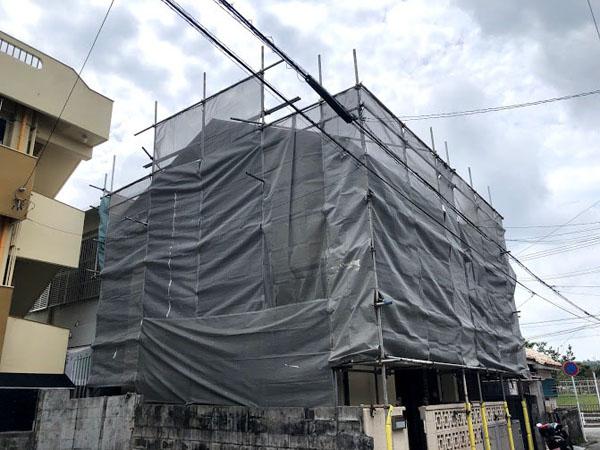 沖縄県那覇市K邸の足場組立工事。