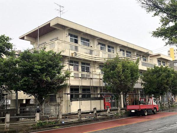 沖縄県那覇市Mアパート様の足場組立工事。