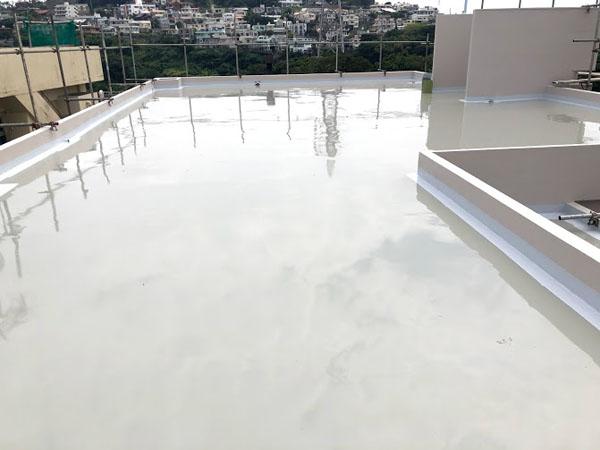 沖縄県那覇市O邸の屋上ウレタン塗膜防水2回目塗布。