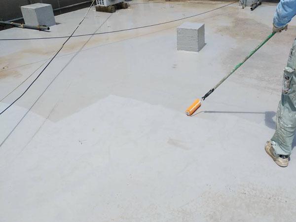 宜野湾市I様の屋上プライマー接着剤下塗り。