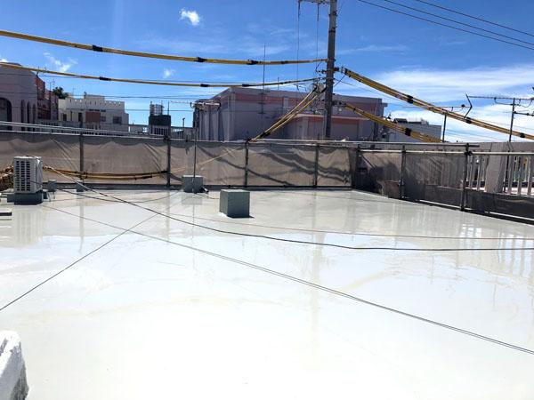沖縄県宜野湾市I様のウレタン塗膜防水1回目塗布。