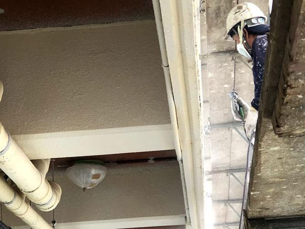 沖縄県那覇市Mアパート様のシーラー接着剤下塗り吹付け。