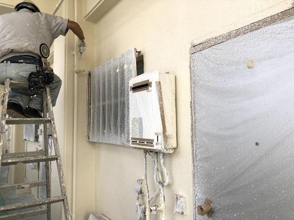 沖縄県那覇市Mアパート様の外壁塗装・中塗り。