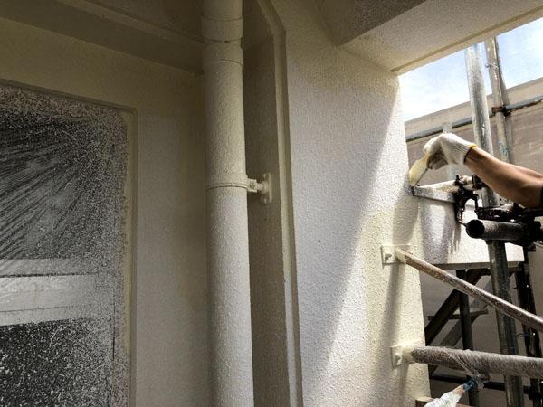 沖縄県那覇市Mアパート様のベランダ面塗装中塗り。