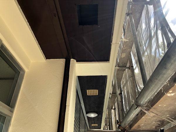 沖縄県那覇市Mアパート様の1階店舗入り口軒天木部塗装完了。