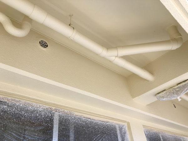 沖縄県那覇市Mアパート様の2階ベランダ面上塗り完了。