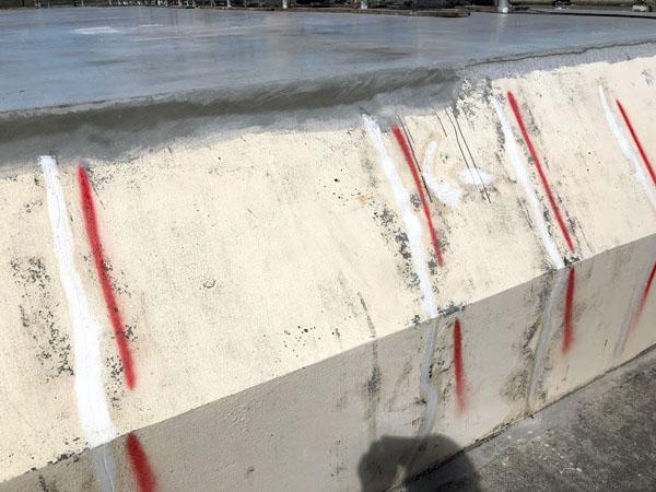 沖縄県那覇市Mアパート様の廊下面ひび割れカット部弾性パテ充填。