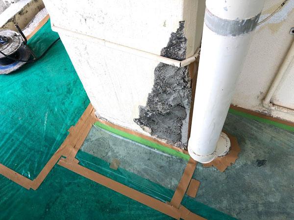 沖縄県那覇市Mアパート様の廊下面のコンクリート爆裂部補修中。