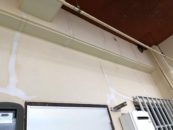 沖縄県那覇市Mアパート様のひび割れ補修中。