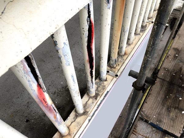 沖縄県那覇市Mアパート様の外壁ひび割れエポキシ樹脂注入、コンクリート手摺りパイプ爆裂部マーキング中。