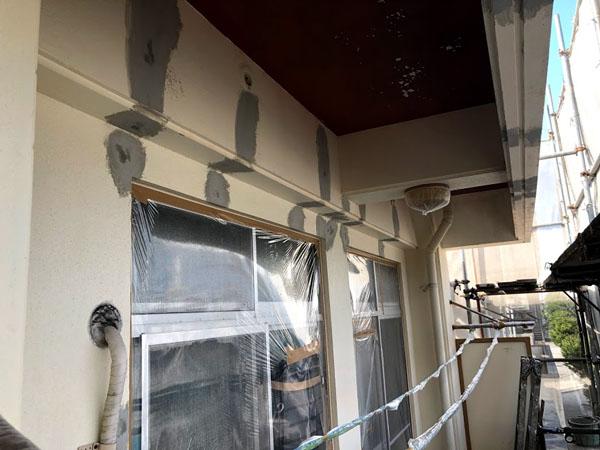 沖縄県那覇市Mアパート様の屋上笠木、壁面ひび割れポリマーセメント左官仕上げ。