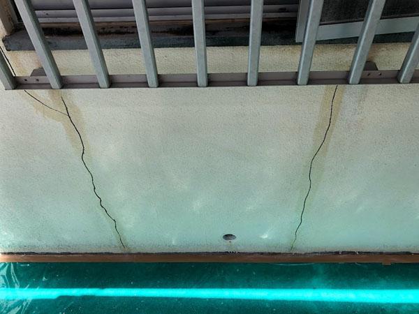 沖縄県那覇市Mアパート様の廊下側ひび割れカット部プライマー接着材塗布。