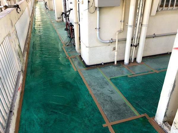 沖縄県那覇市Mアパート様の廊下床、ビニール養生中。