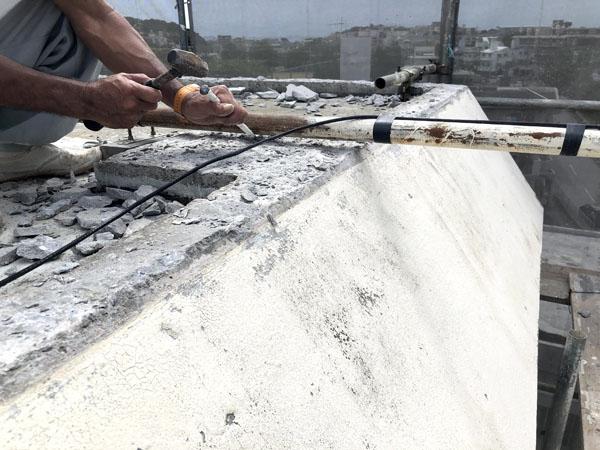 沖縄県那覇市Mアパート様の屋上笠木周囲全撤去、コンクリートタンク架台笠木撤去。