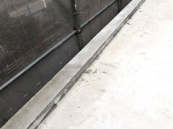 沖縄県那覇市Mアパート様の屋上笠木モルタル充填。