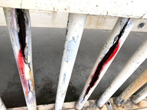 沖縄県那覇市Mアパート様のコンクリート手摺りパイプ爆裂部、取替え。