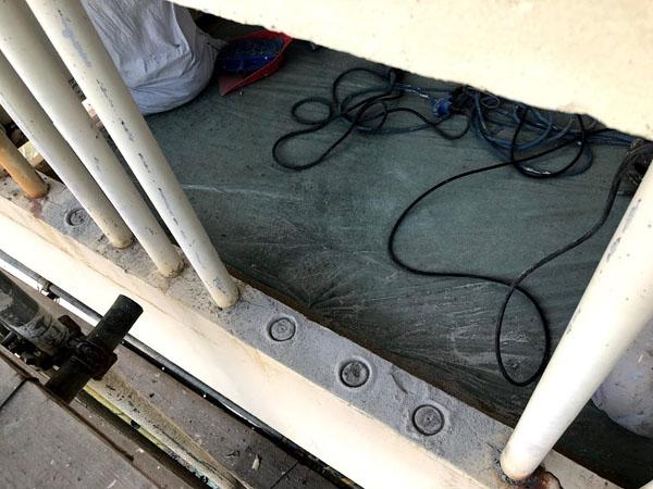 沖縄県那覇市Mアパート様のコンクリート手摺りパイプ爆裂部の取り換え中!