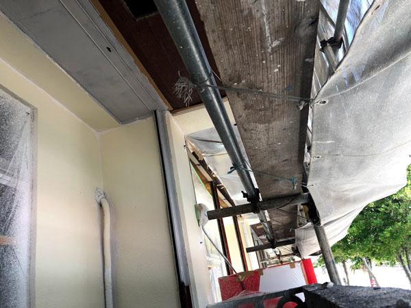 沖縄県那覇市Mアパート様の1階シャッター等鉄部サビ止め塗布。