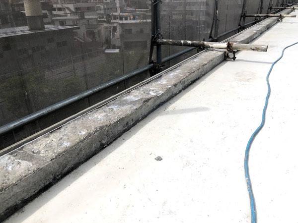沖縄県那覇市Mアパート様の屋上笠木仮枠取付け、接着ボンド塗布。