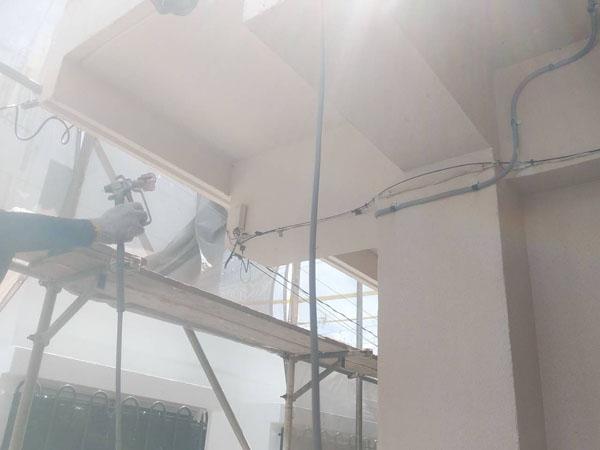 沖縄県宜野湾市I様のシーラー接着材下塗り塗布。