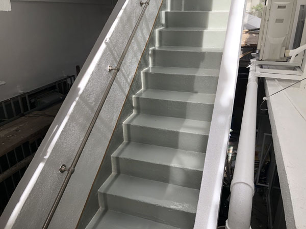 沖縄県宜野湾市I様の屋上・廊下・階段のウレタン塗膜防水中塗り。