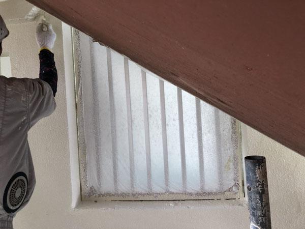 沖縄県那覇市Mアパート様の3階廊下面の上塗り・だめこみ。