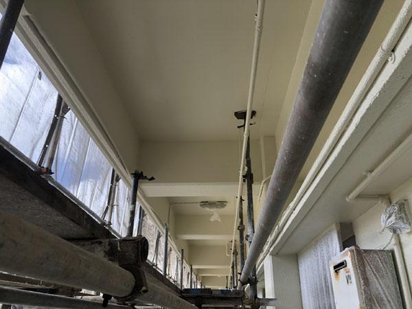 沖縄県那覇市Mアパート様の2階廊下面を上塗り中。