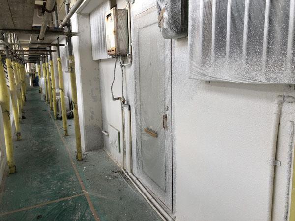 沖縄県那覇市Mアパート様の2階廊下面のラフトンタイル玉模様吹付け完了。