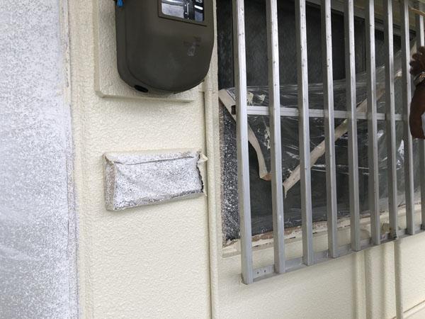 那覇市Mアパート様の3階のビニール養生を剥がし中。