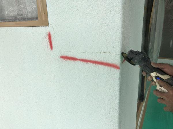 沖縄県那覇市M様の壁面ひび割れカット。