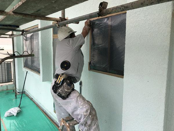 沖縄県那覇市M様のアルミ、窓等非塗装物ビニール養生中。