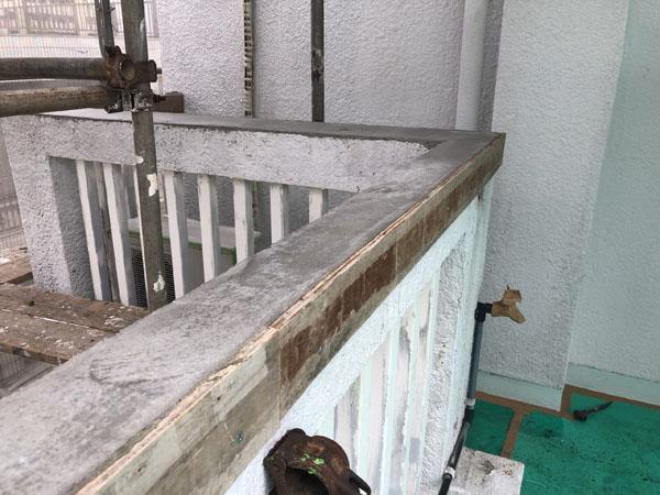 沖縄県那覇市M様のベランダ手摺り天端枠組み後、モルタル充填。