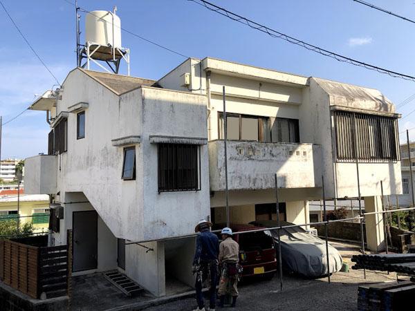 沖縄県那覇市T邸の足場組立工事。