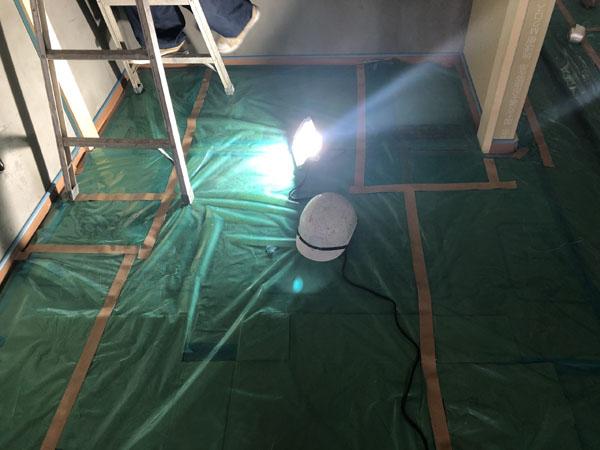 沖縄県那覇市Tアパート様のモデルルーム塗装工事・養生中。