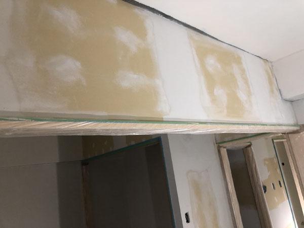 沖縄県那覇市Tアパート様のシーラー接着剤下塗り。
