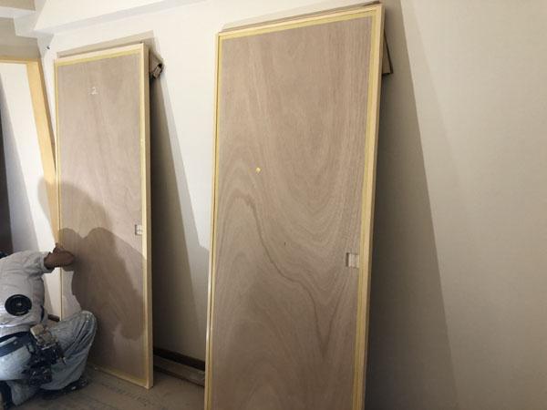 沖縄県那覇市Tアパート様の木部、建具等ニス仕上げ塗り。