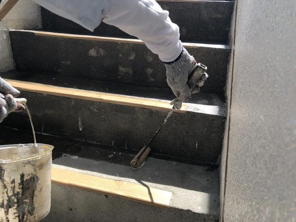 沖縄県那覇市Y様の屋上、階段、ベランダプライマー接着剤下塗り。