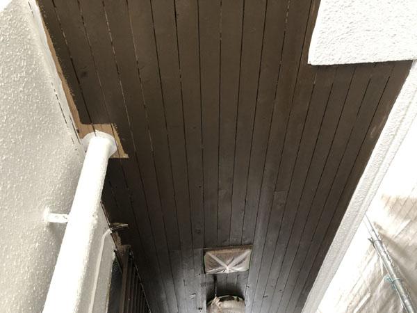 沖縄県那覇市Y様の軒天木部塗装中。