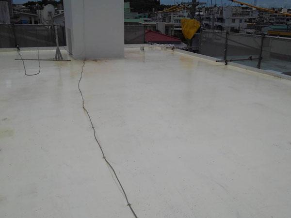 沖縄県八重瀬町T様の屋上プライマー接着剤下塗り。
