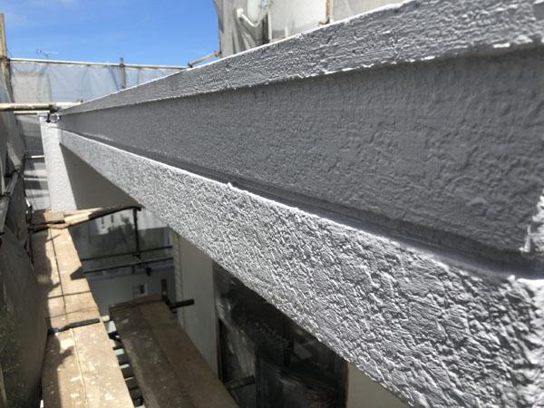 沖縄県八重瀬町T様の外壁ハチマキ部のポイント色中塗り。