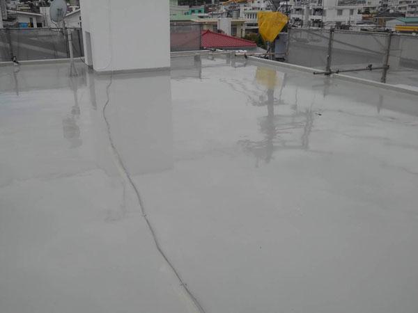 沖縄県八重瀬町T様のウレタン塗膜防水1回目塗布。