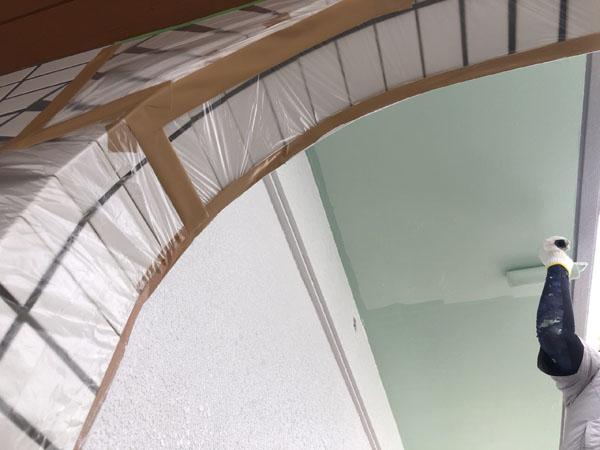 沖縄県八重瀬町T様の外壁上塗り中、軒裏中塗り・上塗り中。