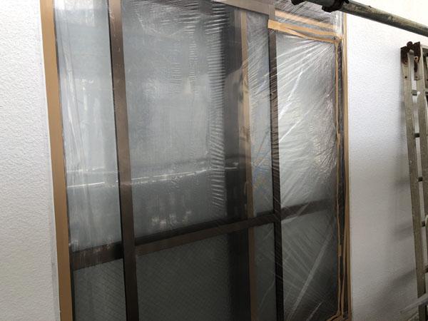 八重瀬町T様の窓・アルミ・コンクリート土間等ビニール養生中。