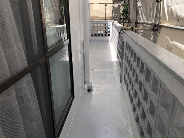 沖縄県八重瀬町T様ベランダの塗り床保護材完了。