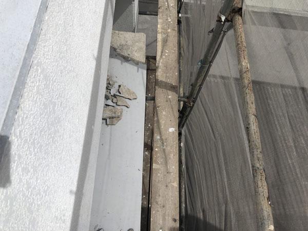 沖縄県八重瀬町T様の出窓、階段笠木モルタル剥離部ハツリ。